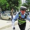 警车开道护送民警接力送产妇救治